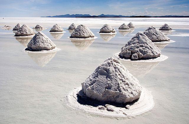 640px-piles_of_salt_salar_de_uyuni_bolivia_luca_galuzzi_2006_a