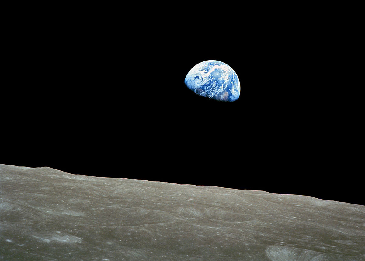 1200px-NASA-Apollo8-Dec24-Earthrise-b